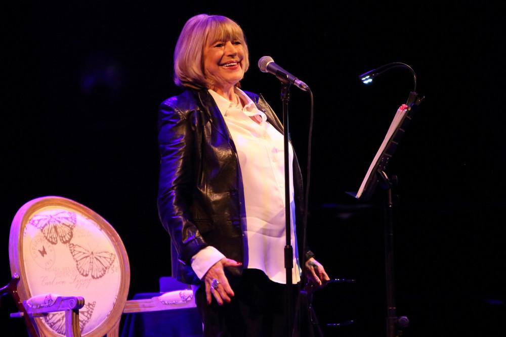 Marianne Faithfull trình diễn trên sân khấu trước khi mắc COVID-19.