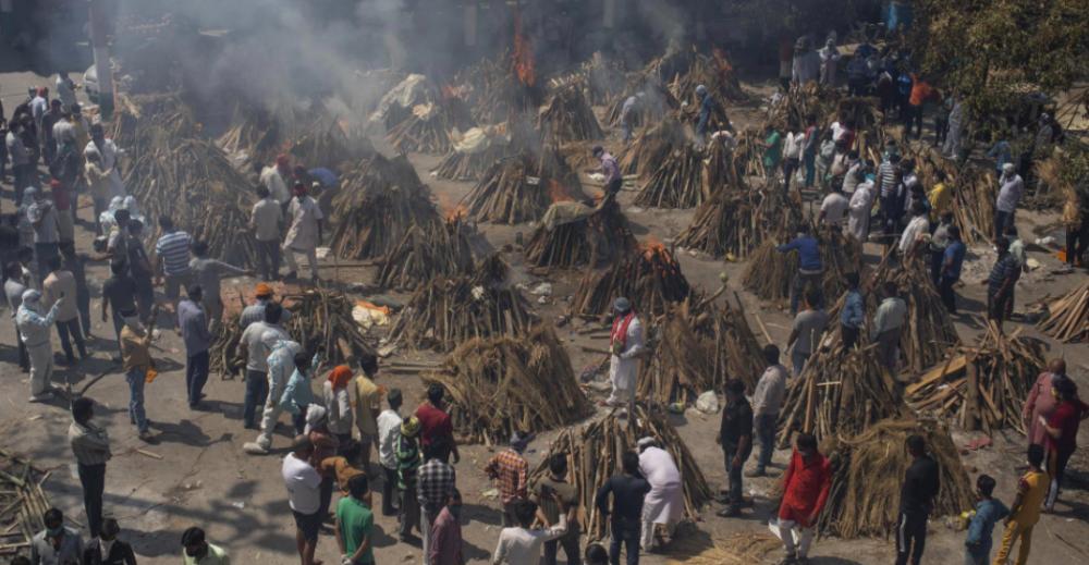 Ở Delhi những ngày này, khói vẫn bốc lên từ hàng chục giàn hỏa thiêu bên trong một bãi đậu xe đã được biến thành một lò hỏa táng tạm thời.