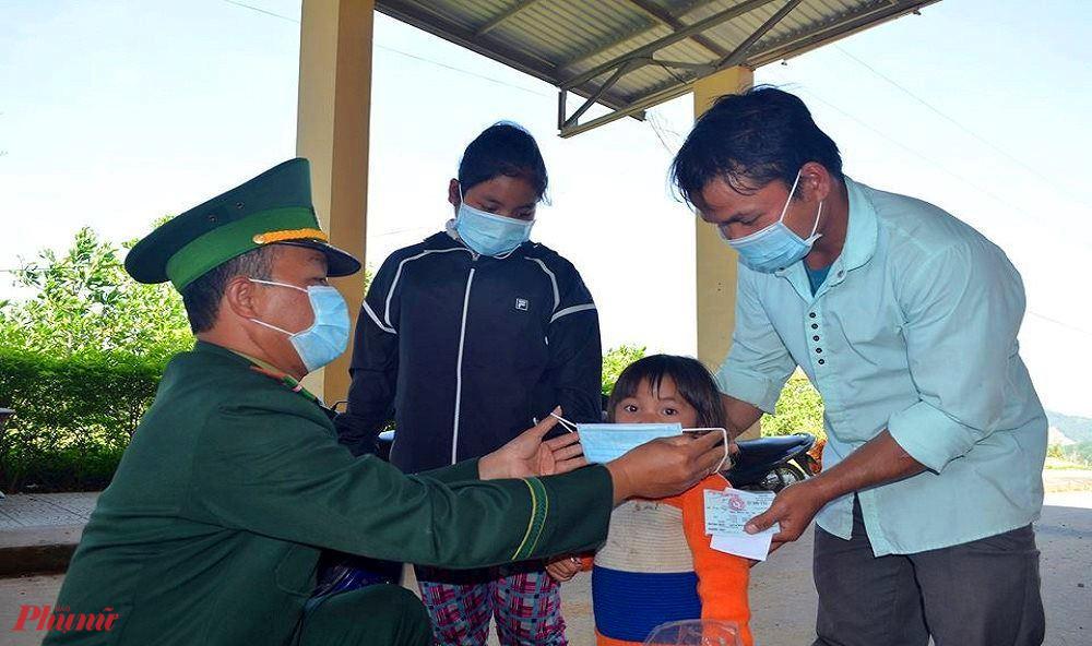 BĐBP tỉnh Thừa Thiên - Huế hướng dẫn người dân vùng biên giới Việt - Lào đem khẩu trang đúng quy định