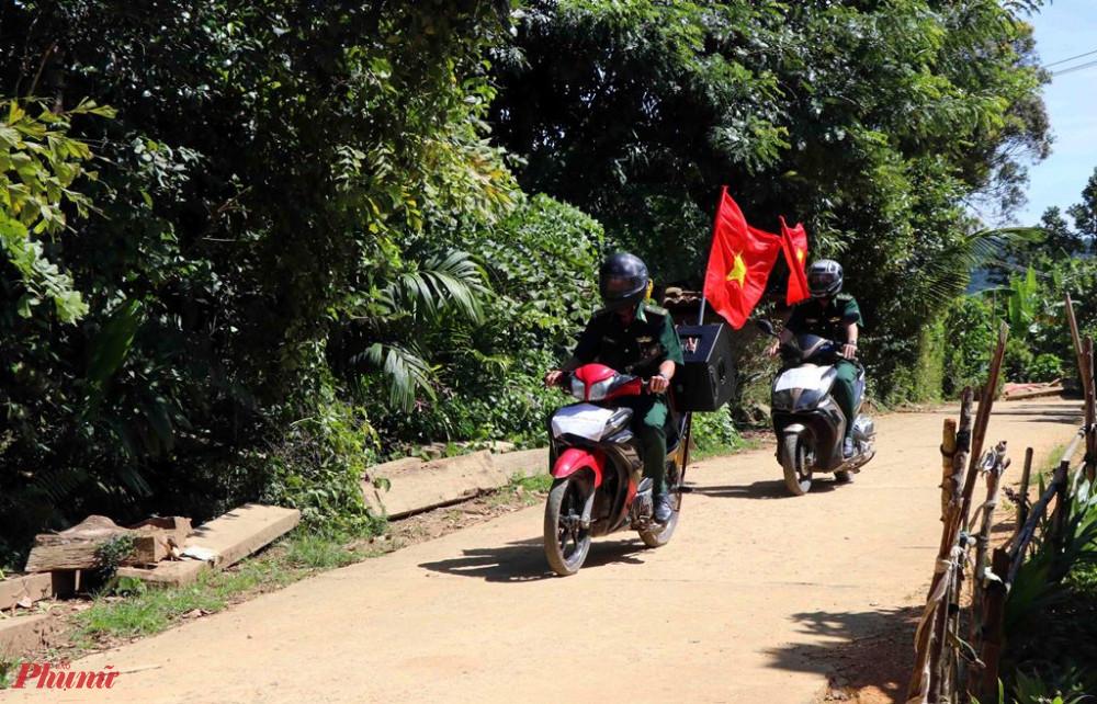 chiến sĩ Đồn Biên phòng Cửa khẩu A Đớt đi xe máy có gắn chiếc loa thùng, chạy khắp những con đường trong thôn, tuyên truyền về phòng chống dịch bệnh COVID-19