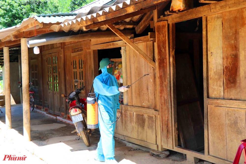 BĐBP Thừa Thiên - Huế giúp dân phun thuốc khử trùng phòng chống dịch COVOD-19