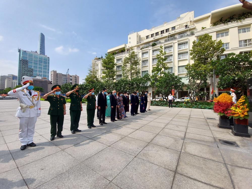 Phút mặc niệm tưởng niệm Chủ tịch Hồ Chí Minh tại Công viên Tượng đài Chủ tịch Hồ Chí Minh.