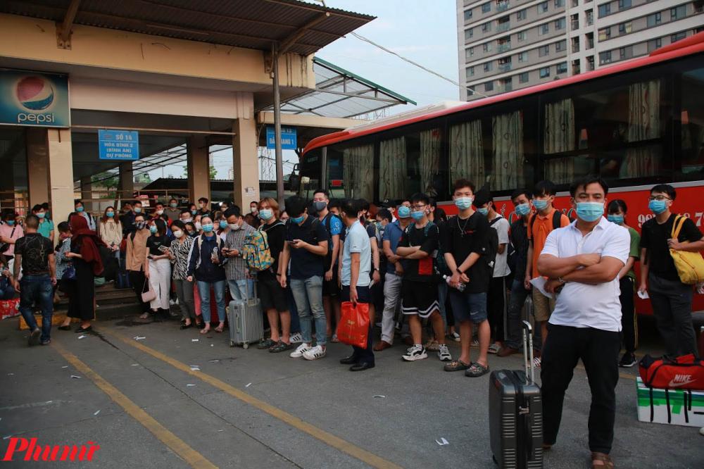 Người dân đứng kín các sảnh chờ xe khách xuất bến.