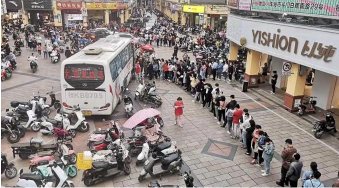 Hàng dài người dân đổ xô hiến máu để cứu chữa cho các nạn nhân trong vụ tấn công bằng dao.