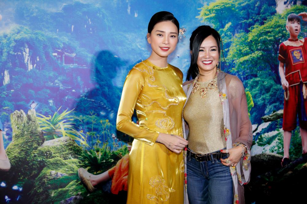 Ca sĩ Hồng Nhung đến chung vui với ngô Thanh Vân trong bô cánh trẻ trung, ăn gian tuổi