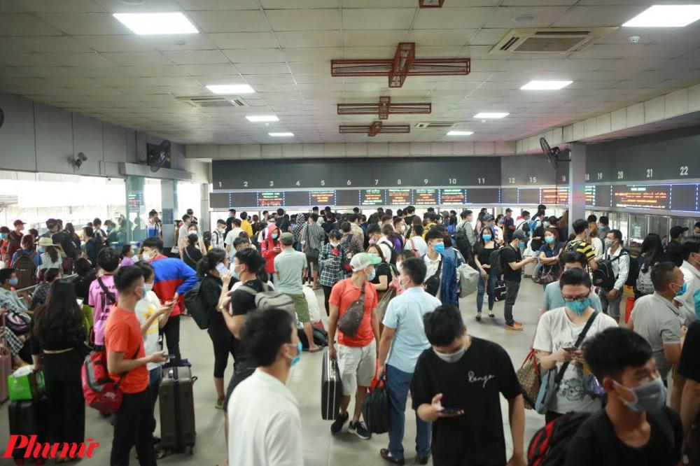 Mọi người chen chúc nhau mua vé, ai cũng muốn nhanh chóng mua được vé xe khách về quê, đi du lịch trong dịp nghỉ lễ này.