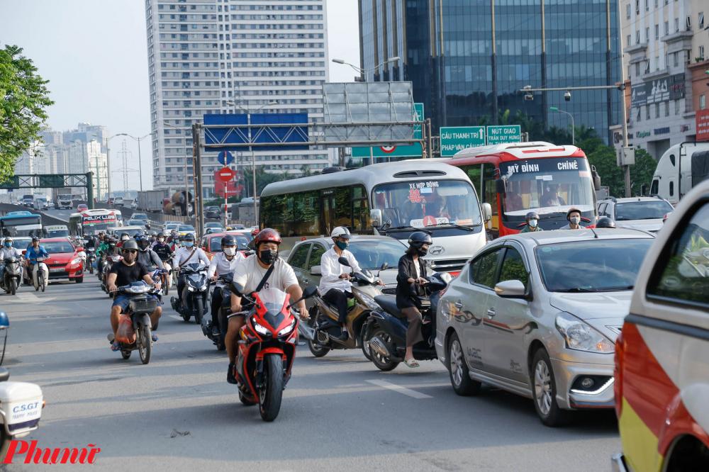 Trên con đường Phạm Hùng, Hàng dài xe khách rời bến nối đuôi nhau chen chúc giữa dòng phương tiện thma gia giao thông.