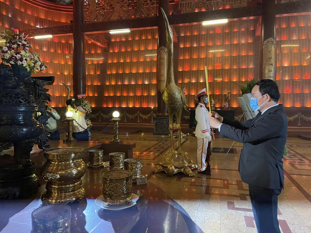 Phó Bí thư Thường trực Thành ủy TPHCM Trần Lưu Quang dâng hương tại Khu lịch sử truyền thống cách mạng Sài Gòn - Chợ Lớn - Gia Định - TPHCM