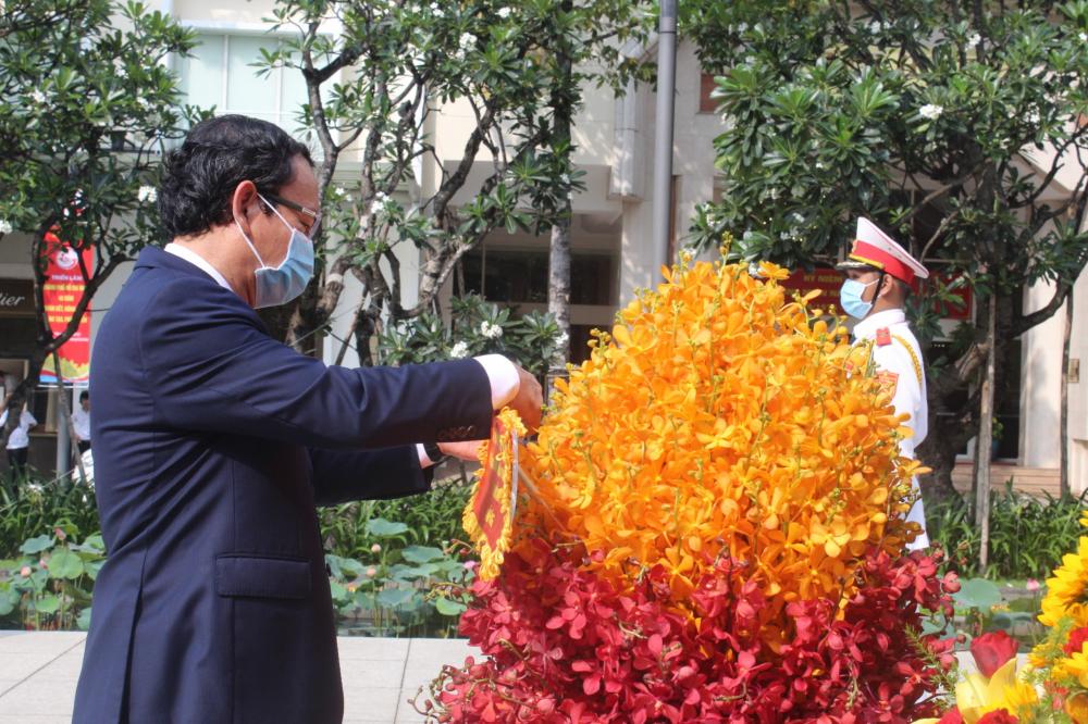 Bí thư Thành ủy TPHCM Nguyễn Văn Nên chỉnh trang lại lẵng hoa trước lễ dâng hoa lên Tượng đài Chủ tịch Hồ Chí Minh.