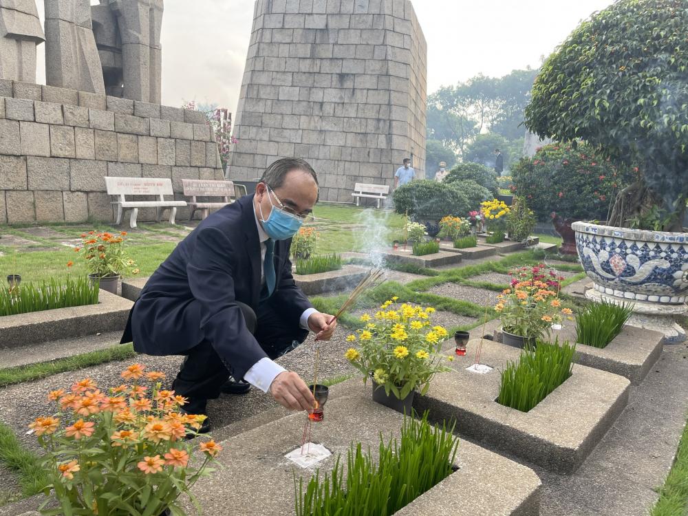 Trưởng đoàn Đại biểu Quốc hội Nguyễn Thiện Nhân thắp hương tưởng nhớ anh linh các liệt sĩ an nghỉ tại Nghĩa trang TPHCM.