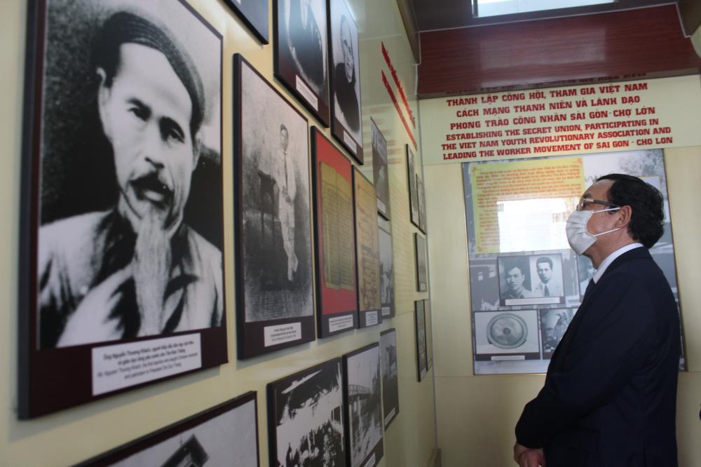 Bí thư Thành ủy TPHCM Nguyễn Văn Nên tham quan phòng trưng bày về Chủ tịch Tôn Đức Thắng
