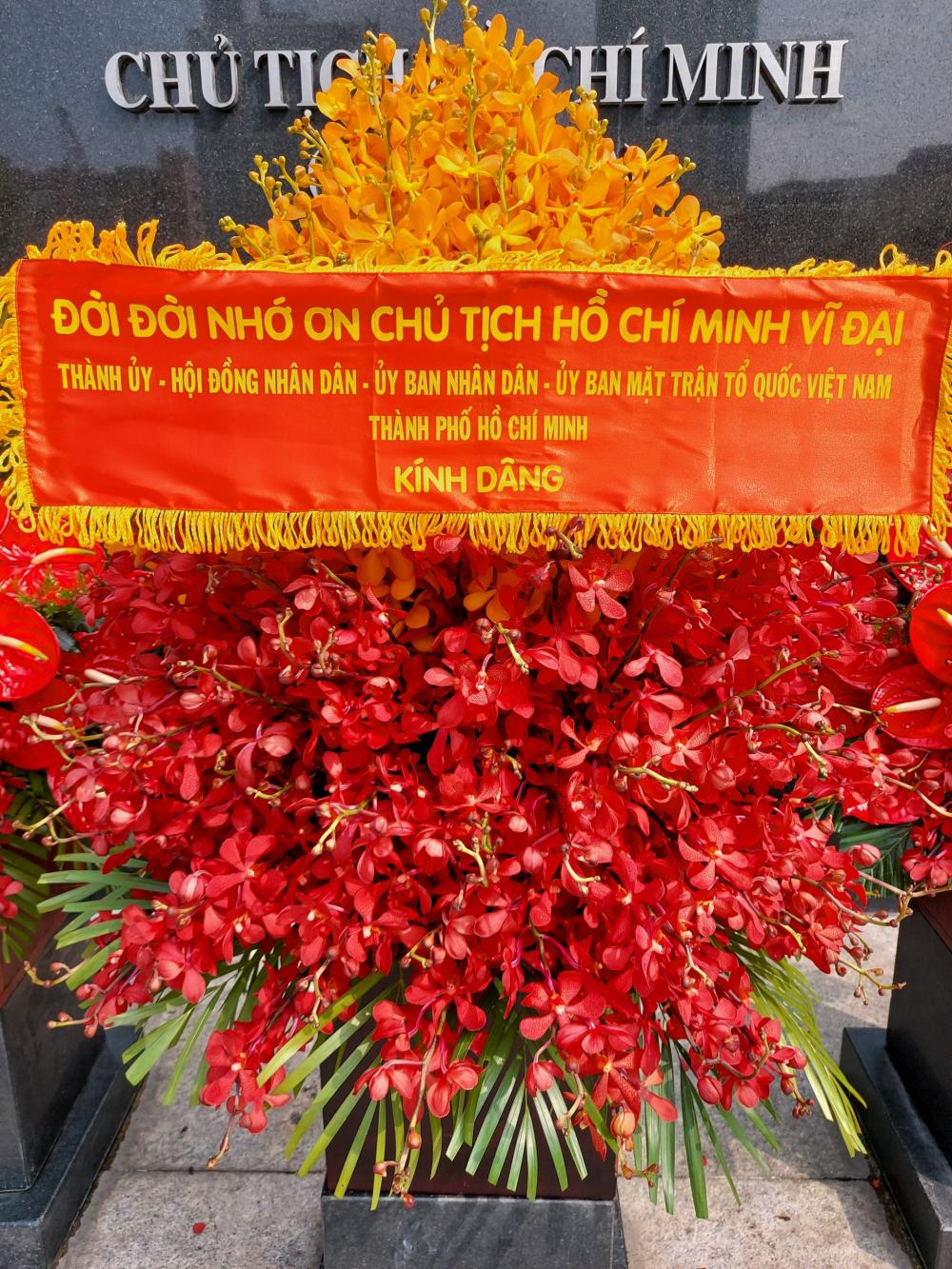 Lẵng hoa với dòng chữ Đời đời nhớ ơn Chủ tịch Hồ Chí Minh thể hiện tấm lòng của Đảng bộ và nhân dân TPHCM với Bác.