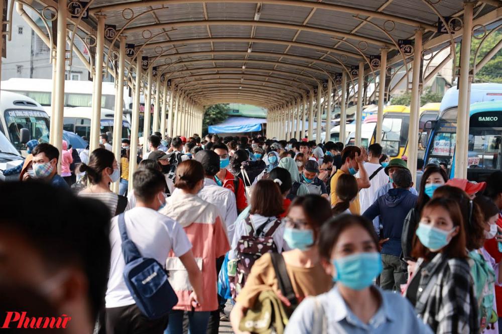 Người dân xếp thành hàng dài di chuyển vào mua vé tại bến xe Giáp Bát.