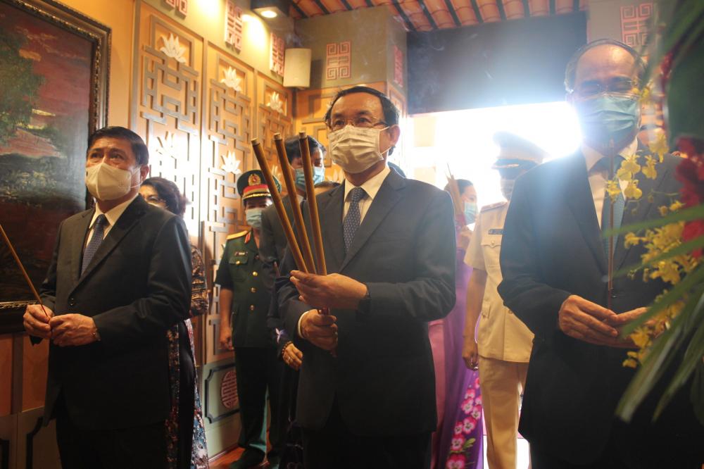 Lãnh đạo TPHCM dâng hương tưởng niệm Chủ tịch Tôn Đức Thắng.