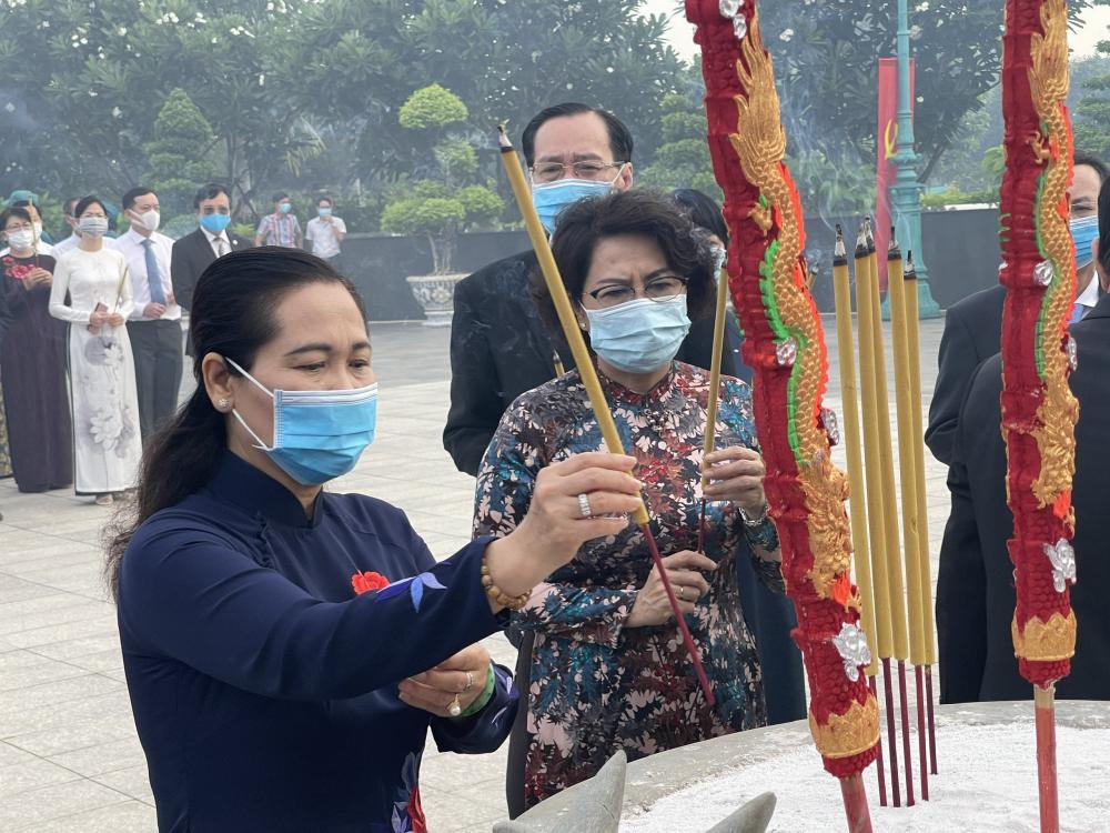 Các đại biểu dâng hương lên anh linh các anh hùng liệt sĩ đã hy sinh máu xương vì độc lập dân tộc.