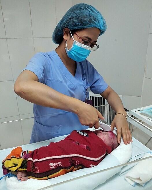 Điều dưỡng chăm sóc bệnh nhi tại bệnh viện. Ảnh: Bác sĩ cung cấp