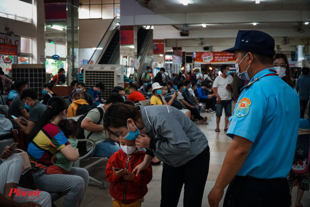 Lực lượng bảo vệ tại bến xe tích cực kiểm tra, nhắc nhở hành khách đeo khẩu trang nơi công cộng