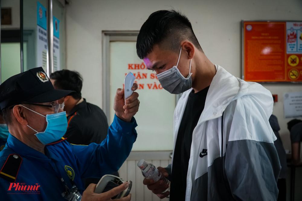 Quá trình đo thân nhiệt được thực hiện nghiêm túc trước đợt dịch mới