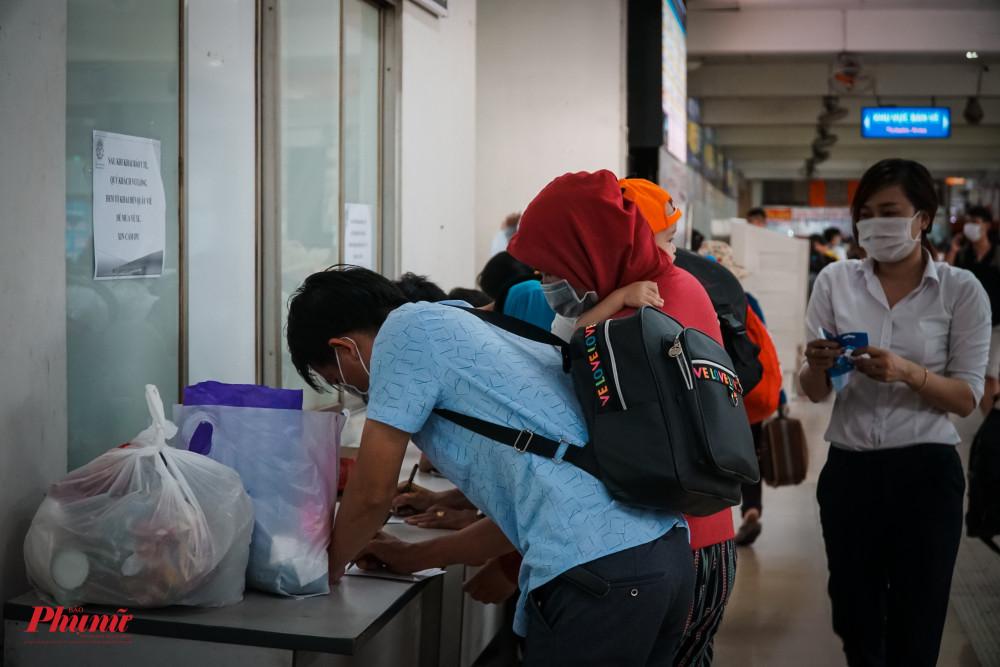 Mọi hành khách bắt buộc phải khai báo y tế trước khi hoàn tất thủ tục lên xe