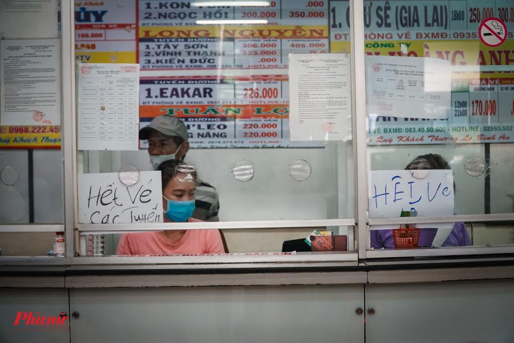 Nhiều quầy vé tại bến xe Miền Đông đã dán thông báo hết vé vào chieefu/4