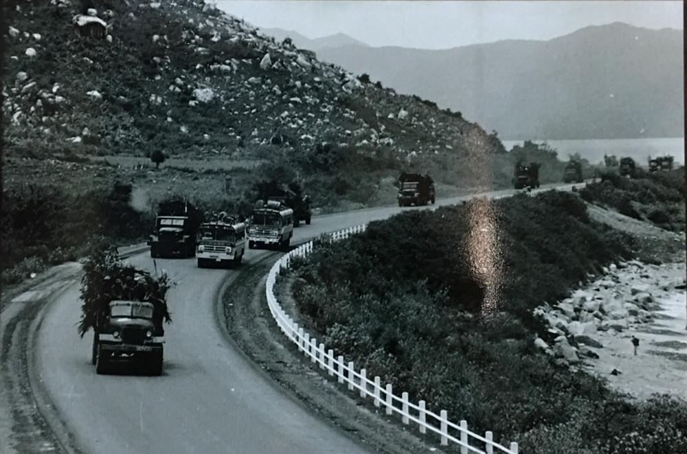 Đoàn quân giải phóng trên Quốc lộ 1, từ Nha Trang tiến về Sài Gòn giải phóng miền Nam. Ảnh tư liệu