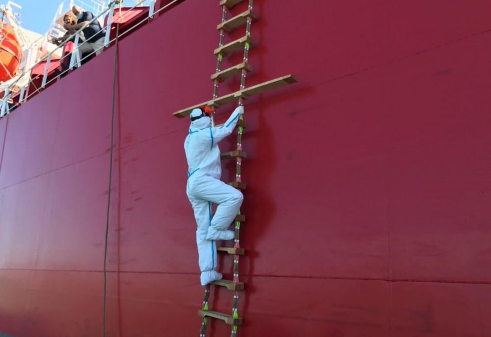 Nhân viên y tế tỉnh Bà Rịa - Vũng Tàu lên tàu Quốc tế cập cảng Bà Rịa - Vũng Tàu để lấy mẫu xét nghiệm COVID-19.