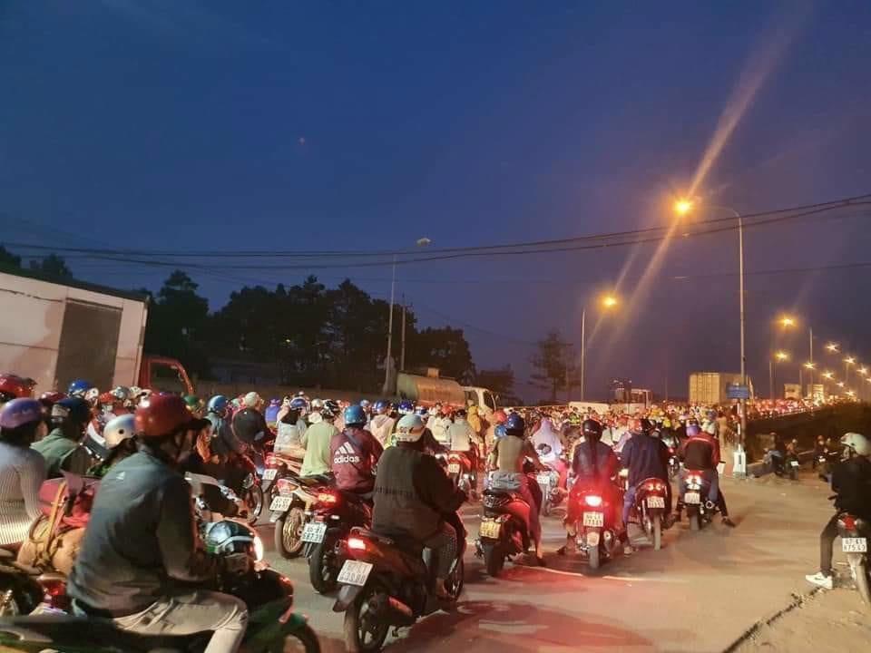 Hàng ngàn phương tiện nối đuôi nhau trên cầu Phú Cường