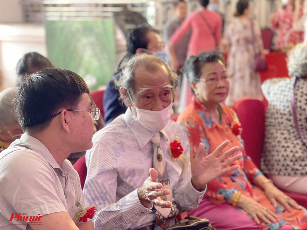 Nghệ sĩ Mạnh Dung đến dự buổi lễ cùng bà xã - NSƯT Thanh Dậu