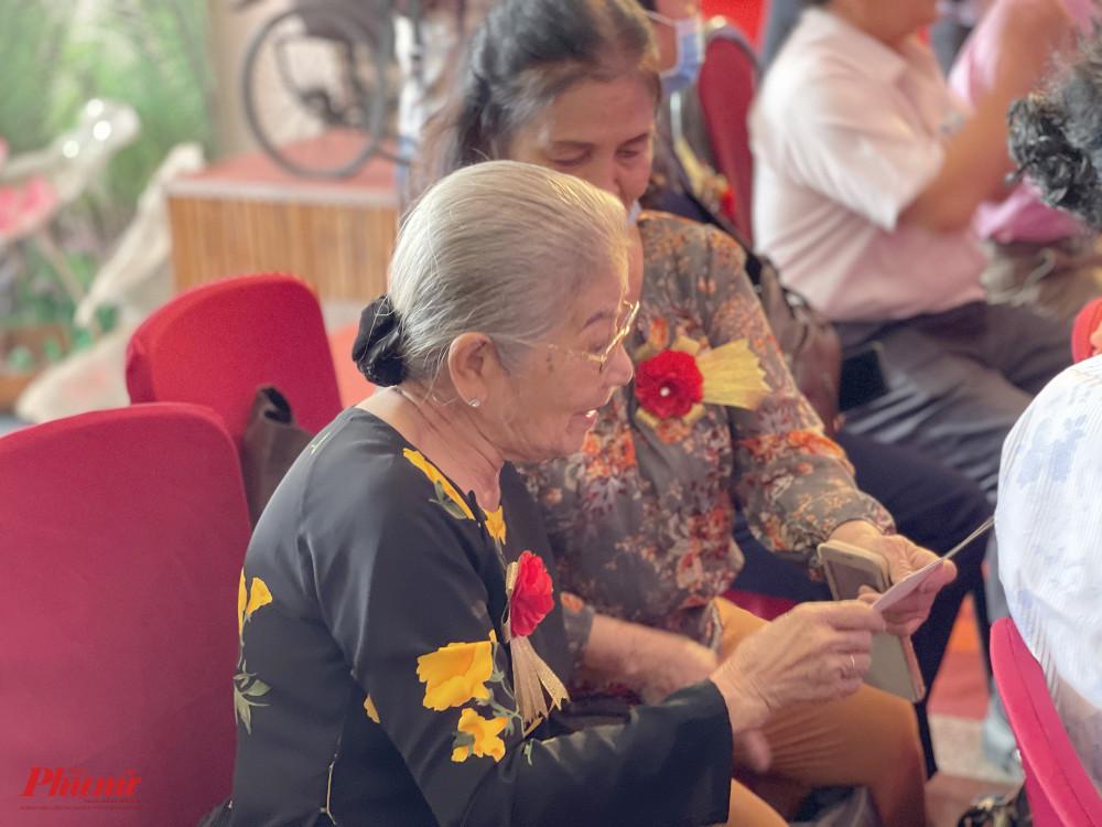 NSƯT Phi Điểu vui vẻ trò chuyện với các đồng nghiệp khi đến dự buổi lễ. Nữ nghệ sĩ thích thú khi xem lại hình ảnh cũ của một số đồng nghiệp.