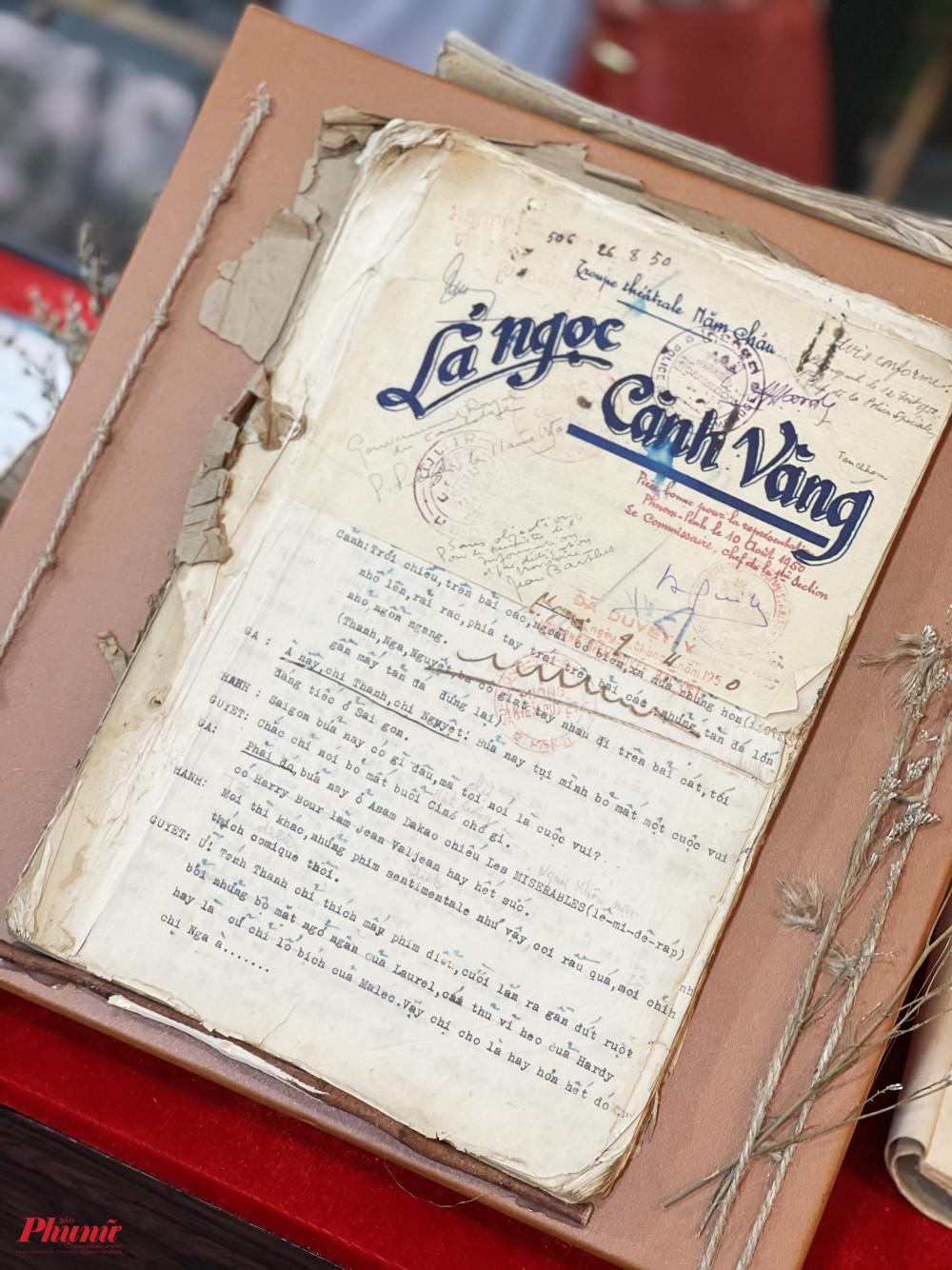 Một kịch bản khác cũng rất nổi tiếng của NSND Năm Châu Lá ngọc cành vàng với bản đánh máy. Nhiều trang giấy đã cũ, nhàu nát.