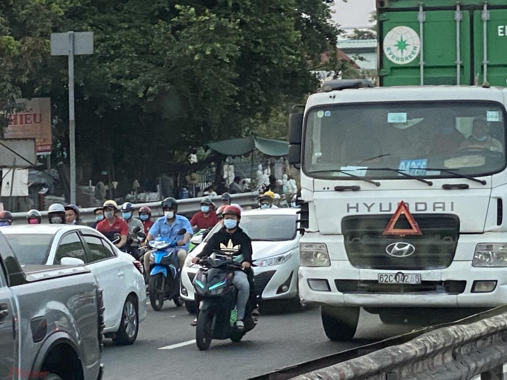 Riêng đoạn về lại TPHCM, phương tiện di chuyển qua khỏi khu vực cầu Rạch Miễu cũng mất gần 1 giờ và tiếp tục kẹt xe ở đoạn ra khỏi cao tốc Trung Lương - TPHCM hơn cả tiếng đồng hồ để về đến Bình Điền (quận 8, TPHCM).