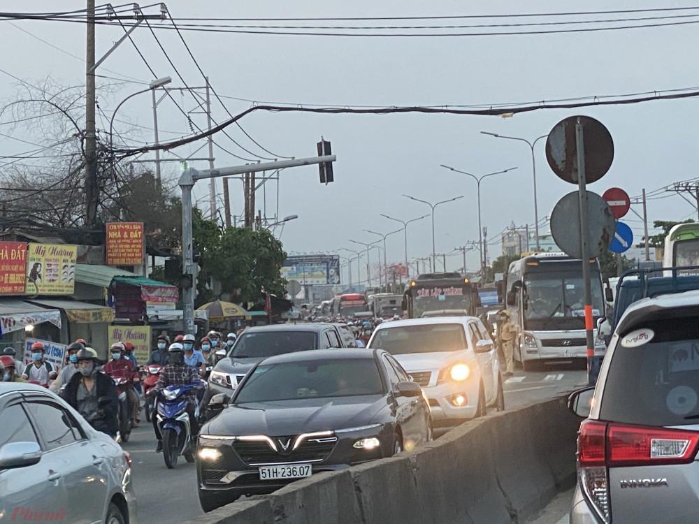 Một bác tài tên Hiếu cho hay, đã ghi nhận kẹt xe ở một số đoạn ra khỏi TP như quốc lộ 1A, đặc biệt khoảng 11g tại khu vực cầu Rạch Miễu (Bến Tre - Tiền Giang).