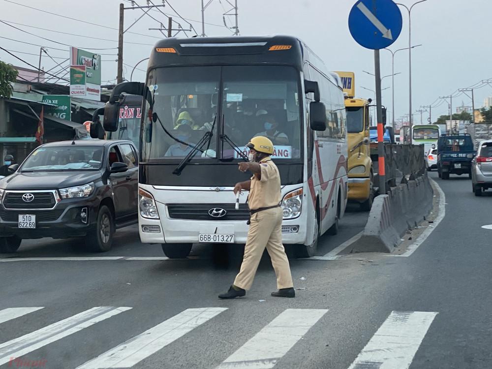 CSGT  tăng cường điều  tiết  giao  thông trên hầu hết các ngã  tư, vòng  xoay chiều  29/4.