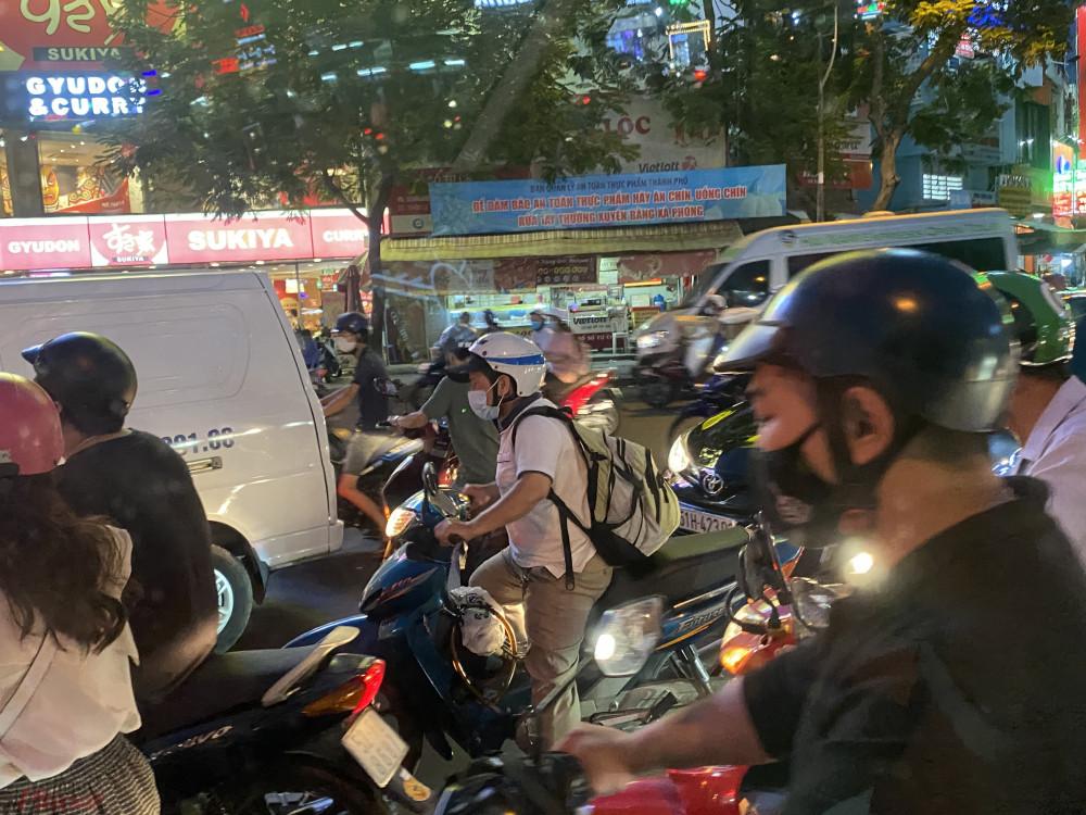 Còn trong nội ô TPHCM, ghi nhận của phóng viên chiều tan tầm tình hình giao thông rất hỗn loạn, tại một số khu vực quận 10, quận 3 và vòng xoay Hàng Xanh đoạn về Bến xe Miền Đông (quận Bình Thạnh).
