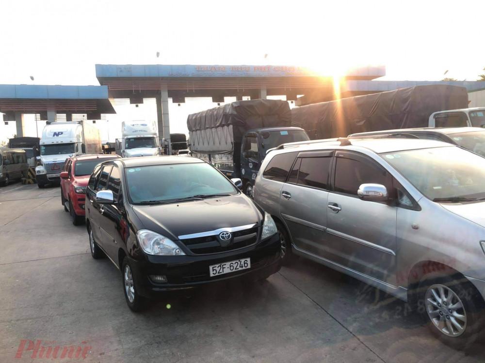 Xe  đông tại khu vực trạm thu phí cao  tốc Trung Lương  - TPHCM  hướng  về TP.