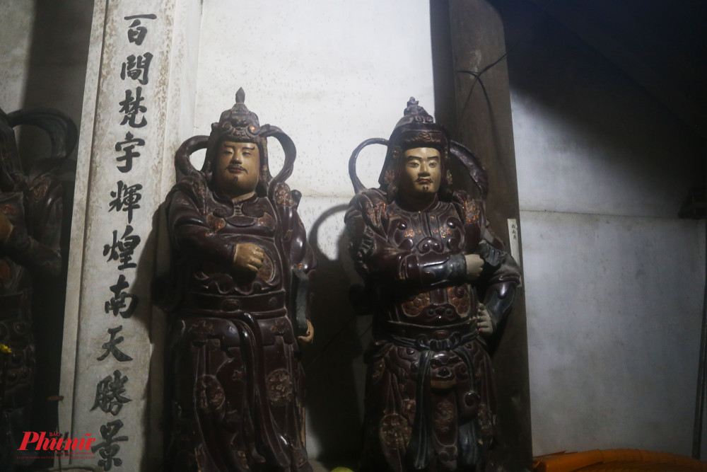 Các tượng thờ trong chùa đều nhuốm màu thời gian và có tông nâu trầm mặc.