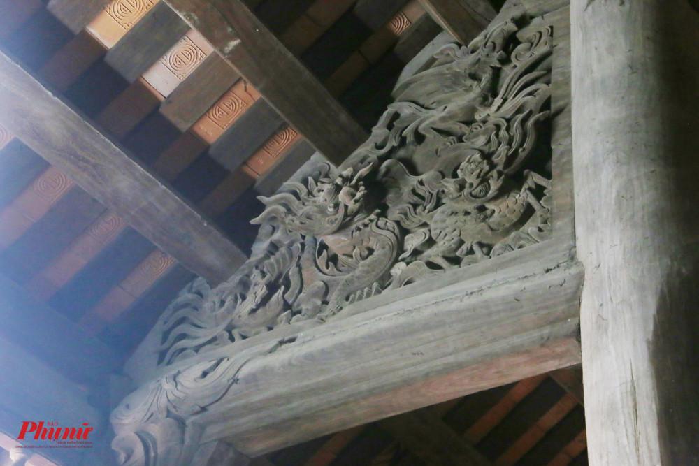 Một mảng hoạ tiết hình rồng bên trong chùa khiến du khách ấn tượng vì độ tinh xảo.