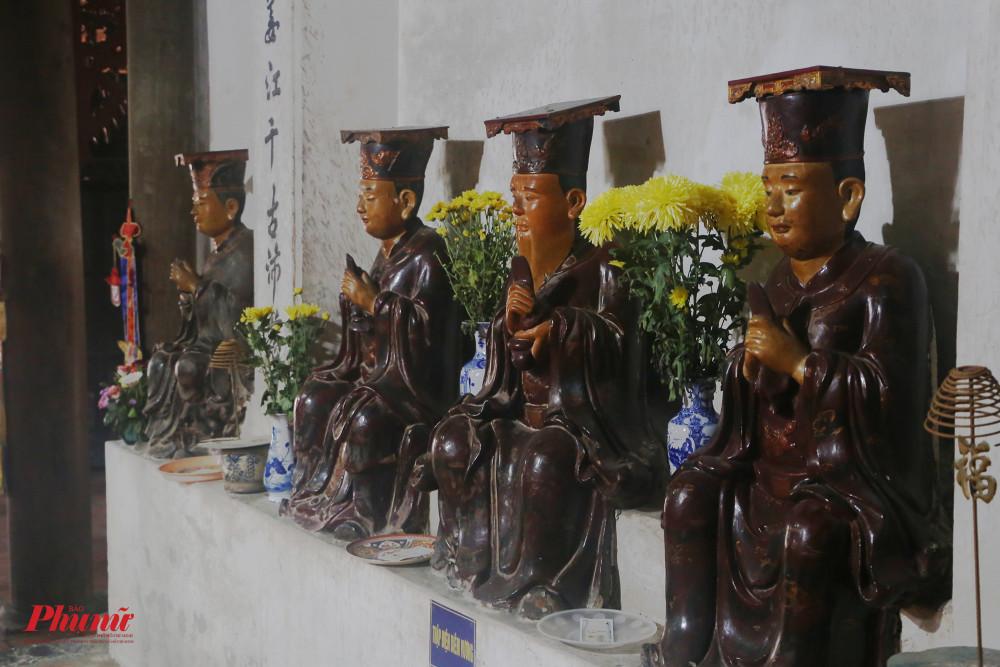 Tiền đường của chùa đặt nhiều tượng của Hộ pháp, Bát bộ Kim Cương, Đức Ông, Đức Thánh Hiền... Đa phần các tượng có niên đại thế kỷ 18.