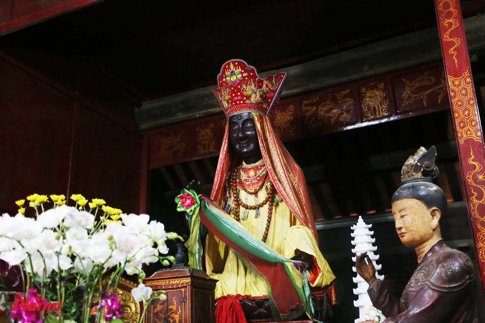 Tượng Pháp Vân  được thờ trong chính điện, được cho đã xuất hiện vào thế kỷ 18.