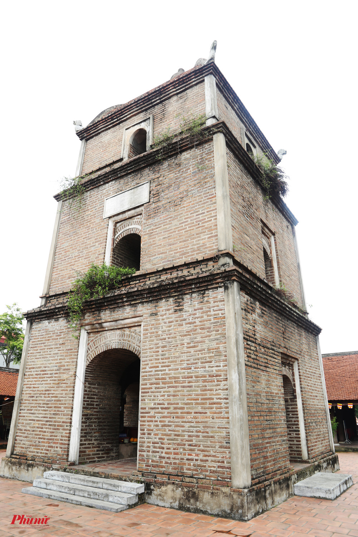 Phía trước chính điện có một toà tháp tên Hoà Phong, được xây dựng bằng gạch cỡ lớn thời xưa, nung thủ công đến độ màu sẫm của vại sành.