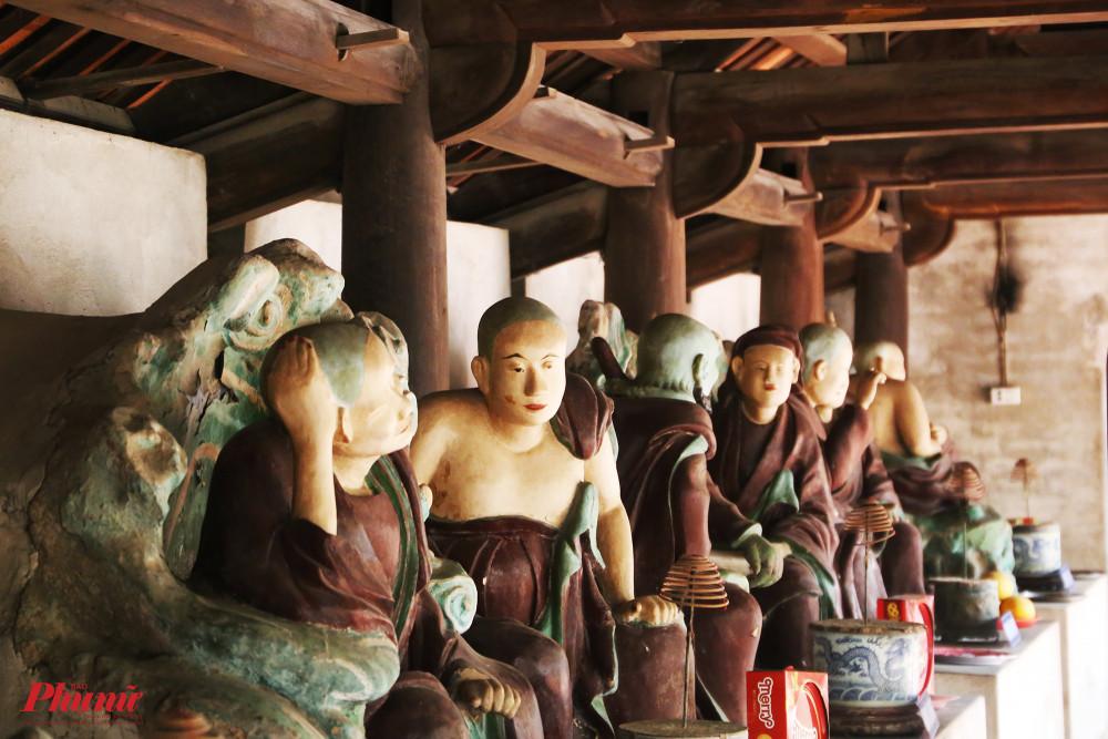 Hai hàng song song  nối tiền thất và hậu đường, là nơi thờ Thập bát La Hán - 18 đệ tử đắc đạo của Phật đã tu đến cảnh giới La Hán.
