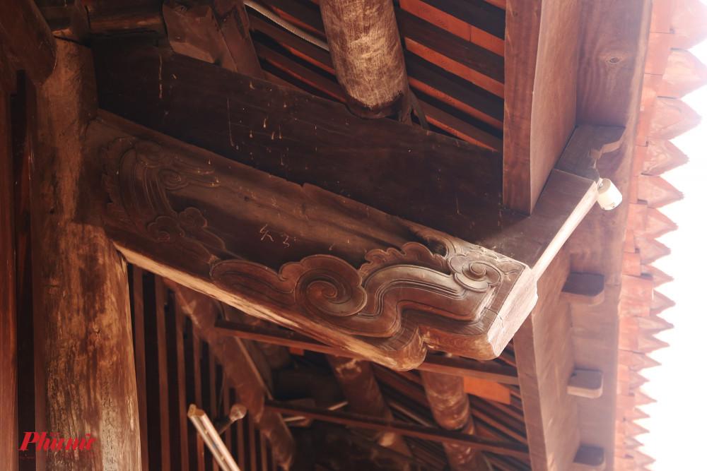 Theo tài liệu ghi chép lại, hiện tại ở toà thượng điện chỉ còn sót lại một vài mảng hoạ tiết trang trí của thời nhà Trần, nhà Lê. Phần lớn vật liệu để xây dựng chùa là gỗ, được chạm trổ công phu, ghép nối với nhau rất chuẩn xác tạo nên kết cấu chắc chắn. Theo lời của những cụ già, có một số cột trong chùa có tuổi đời lên đến vài trăm năm. Qua mỗi lần trùng tu, sửa chữa, cột nào còn nguyên vẹn vẫn được giữ.