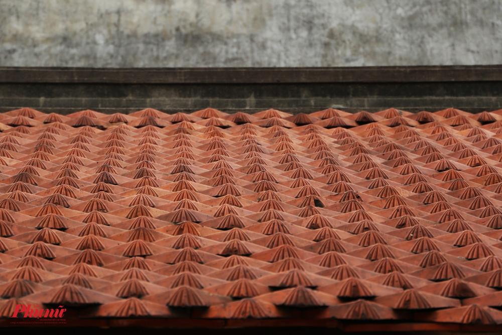 Các mái nhà đều được lợp ngói vảy cá.