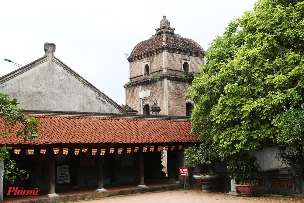 Tháp và thượng điện nhìn từ khoảng sân của nhà thờ tổ và thờ mẫu.