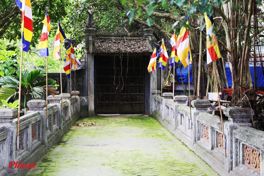 Một góc phía sau chùa phủ đầy rêu phong.