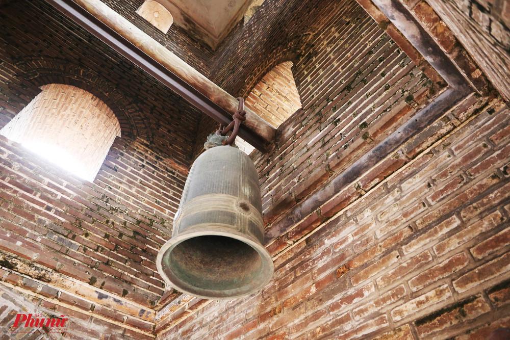 Trong tháp có treo quả chuông đồng đúc năm 1793 và chiếc khánh đúc năm 1817.