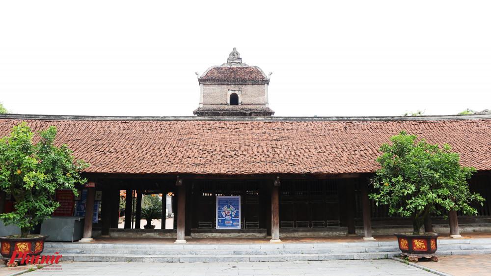 Theo lịch sử ghi chép lại, chùa Dâu được xây dựng vào năm 187 và hoàn thành năm 226. Chùa được trùng tu vào năm 1313 và nhiều thế kỷ sau đó. Vua Trần Anh Tông đã sai Mạc Đĩnh Chi thiết kế lại chùa thành cấu trúc trăm gian. Về tổng thể, chùa Dâu kiểu 'nội công ngoại quốc'. Bốn dãy nhà liên thông hình chữ nhật bao quanh ba ngôi nhà chính: tiền đường, thiêu hương và thượng điện