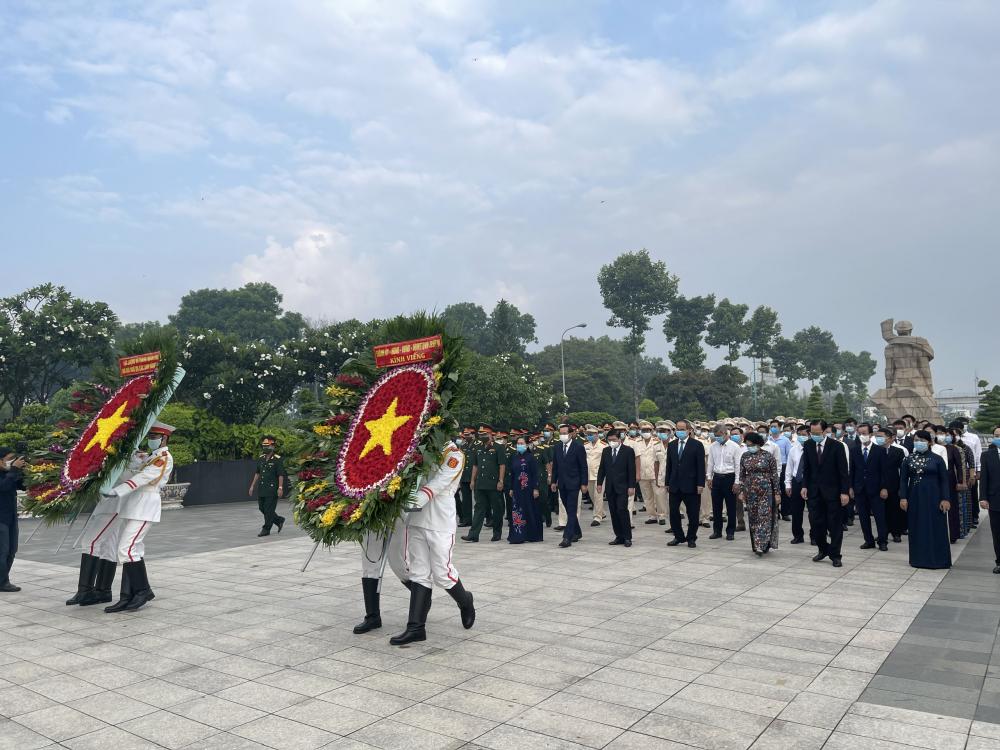 Đoàn lãnh đạo TPHCM dâng hương các anh hùng liệt sĩ tại Nghĩa trang liệt sĩ TPHCM.