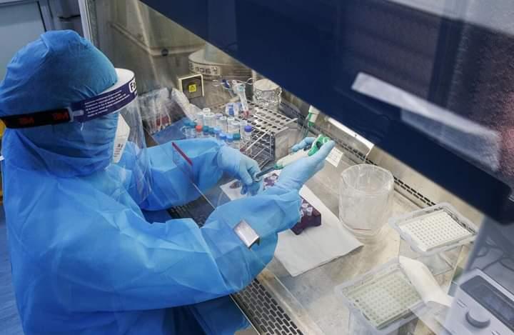 Cán bộ CDC Nghệ An thực hiện xét nghiệm SARS-CoV-2.