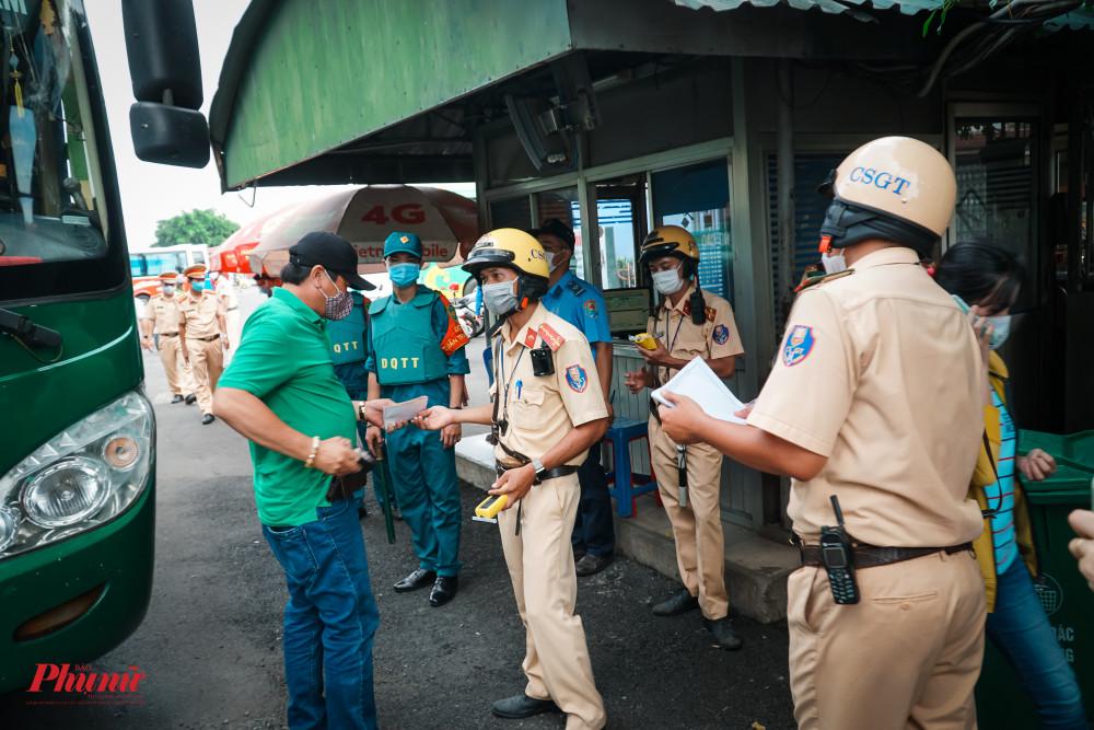 Lực lượng chức năng tiến hành phối hợp, xử lý vi phạm ngay tại cổng ra vào của bến xe miền Đông